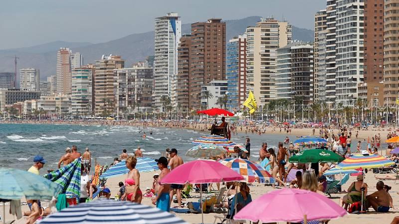 Frustración en Canarias y la Comunidad Valenciana por seguir excluidos de la lista de destinos seguros para el turismo británico