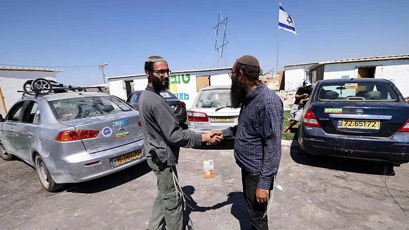 Los colonos israelíes del asentamiento de Eviatar, que ocupa tierras palestinas en Cisjordania, dejan sus casas