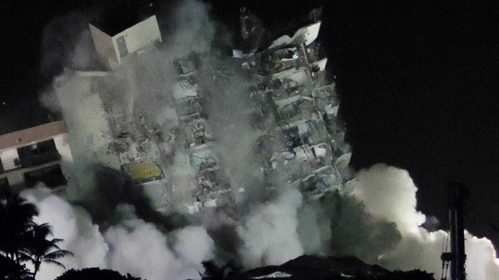 Demolido con una explosión controlada los restos del edificio siniestrado en Miami-Dad - Ver ahora