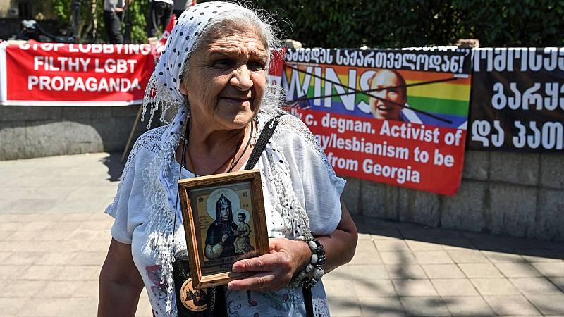 Cientos de personas animadas por curas ortoxos impiden en Georgia una manifestación del Orgullo LGTBI