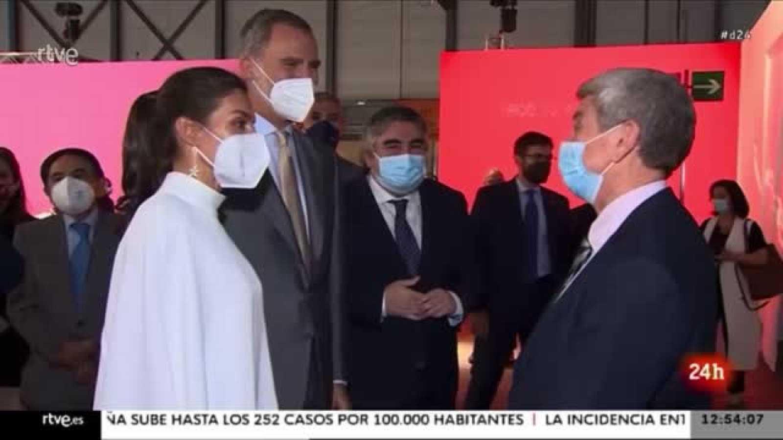 Los Reyes visitan el stand de RTVE en ARCO