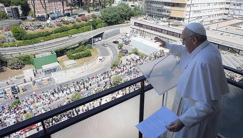 El papa reaparece desde el balcón del hospital para rezar el Ángelus dominical