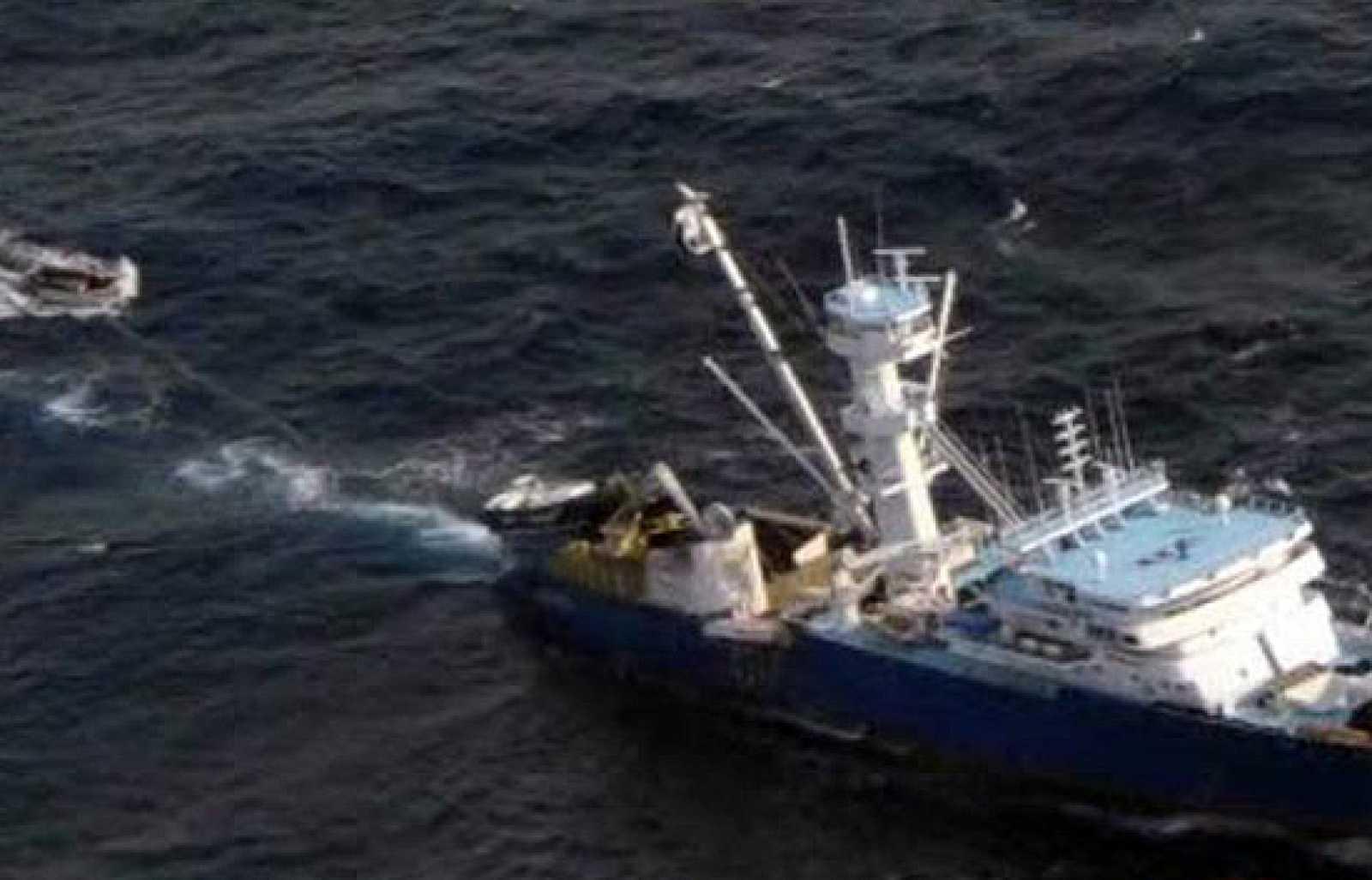 """El patrón del atunero vasco Alakrana, secuestrado el pasado viernes en Somalia, ha confirmado a Televisión Española que """"están bien"""" y que """"de momento"""" no tienen """"problema alguno."""