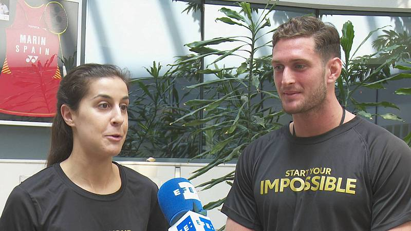 La campeona Carolina Marín da consejos al aspirante Niko Shera antes de Tokio