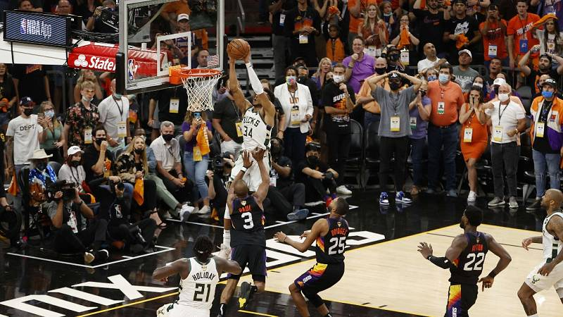 Los Bucks acarician el anillo de la NBA tras asaltar Phoenix
