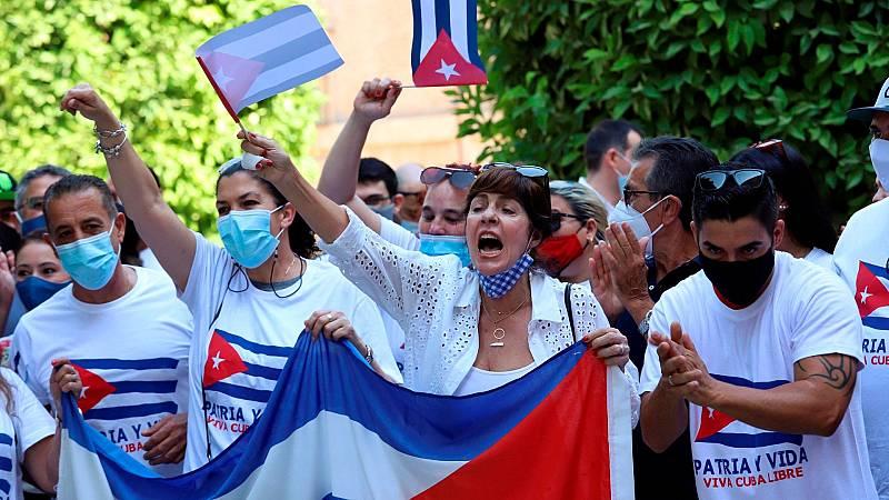 Los cubanos en España, pendientes de la situación en la isla