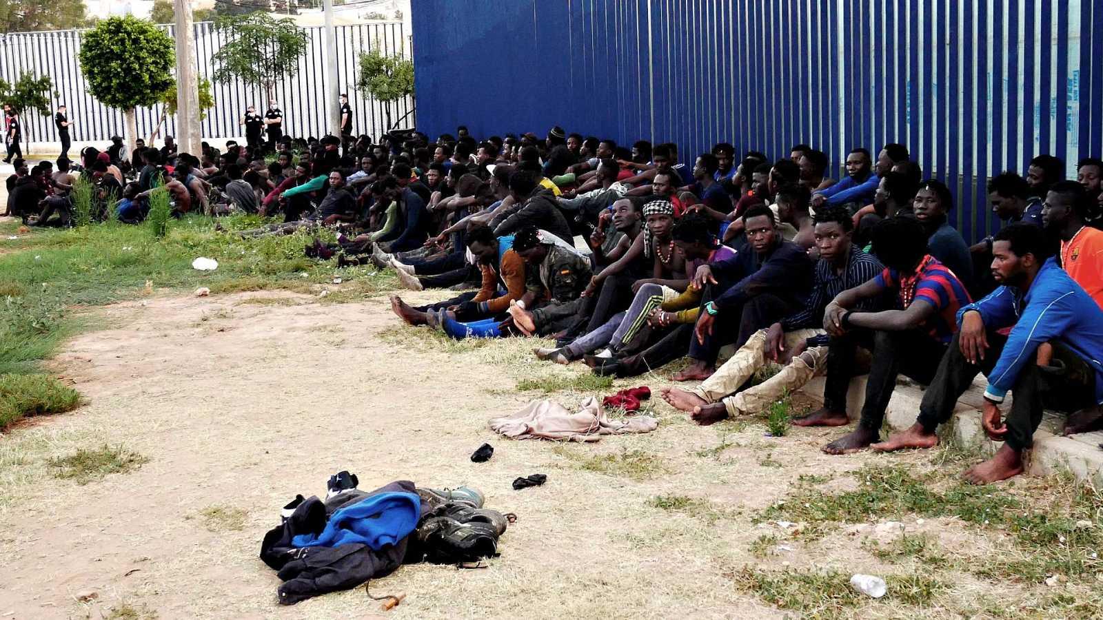 Más de 200 personas franquean la frontera de Melilla en un nuevo salto