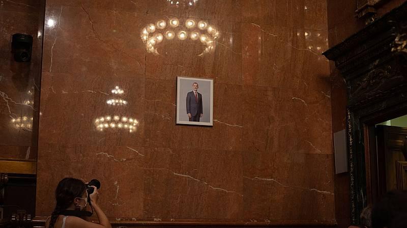 El retrato del rey vuelve al salón de plenos del Ayuntamiento de Barcelona