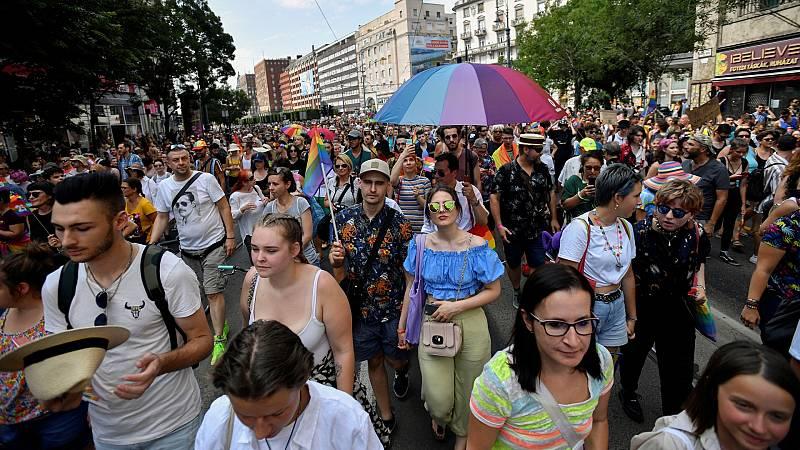 Marcha del Orgullo en Budapest con pancartas y lemas contra el Gobierno de Orbán