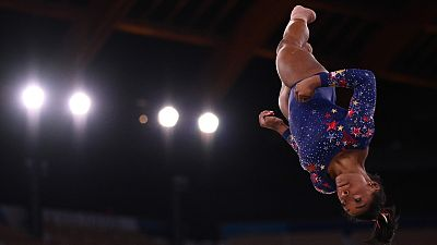 Simone Biles se sale del tapiz en el ejercicio de suelo