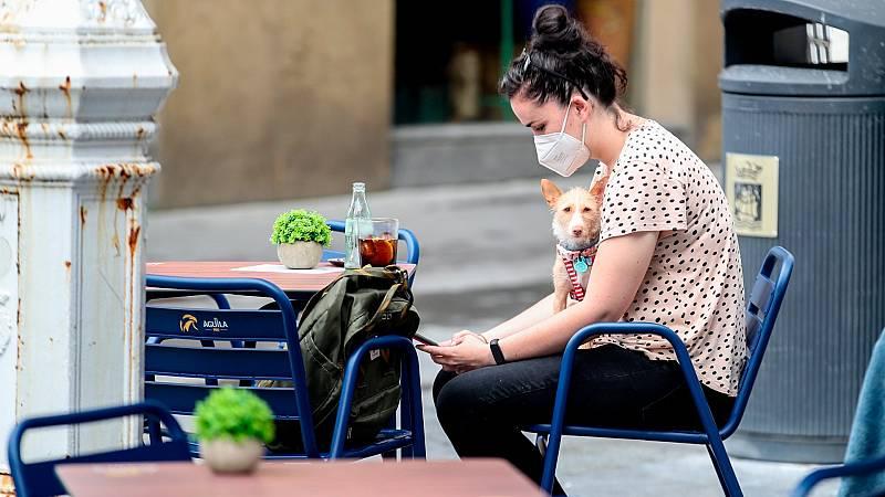 Las comunidades adoptan restricciones para evitar el aumento de contagios