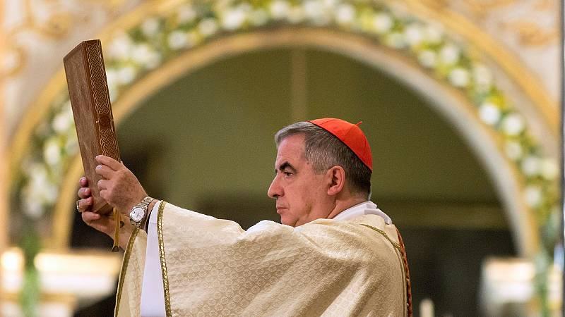 Juicio histórico en el Vaticano: el cardenal Becciu se sienta por primera vez en el banquillo por especular con dinero donado