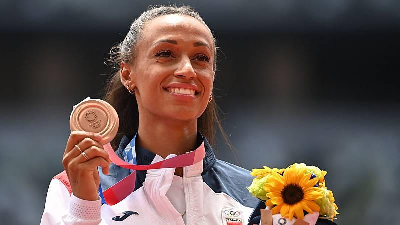 Ana Peleteiro contiene las lágrimas tras recibir el bronce