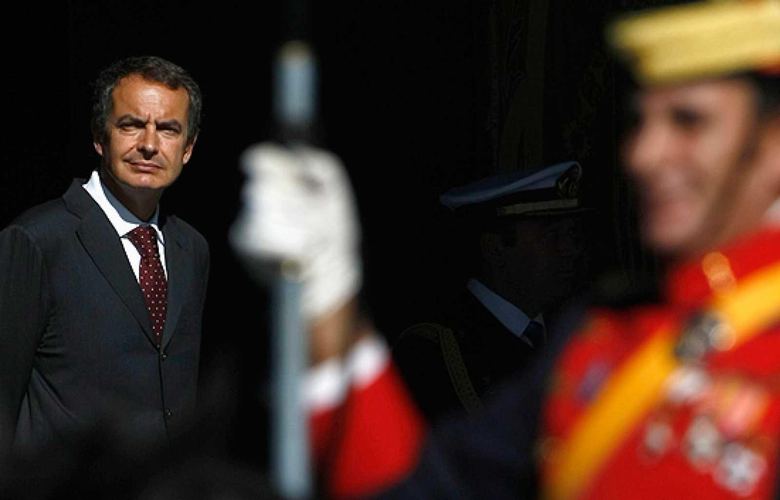 """Durante los actos de la celebración de la Fiesta Nacional, se han escuchado gritos en contra de Rodríguez Zapatero, quien ha asegurado en un corrillo junto a Ruiz Gallardón, Esperanza Aguirre y Carme Chacón que """"ya forman parte del rito"""". No es la pr"""