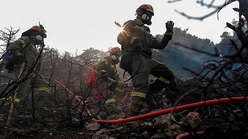 Grecia sigue luchando contra los devastadores incendios que asolan el país