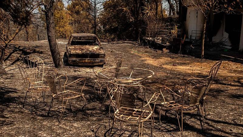 Los incendios de Grecia calcinan centenares de viviendas y locales cerca de Atenas - Ver ahora