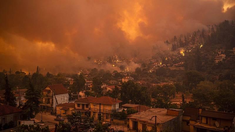 La isla griega de Evia sigue ardiendo mientras los vecinos culpan a las autoridades por la falta de medios  - Ver ahora