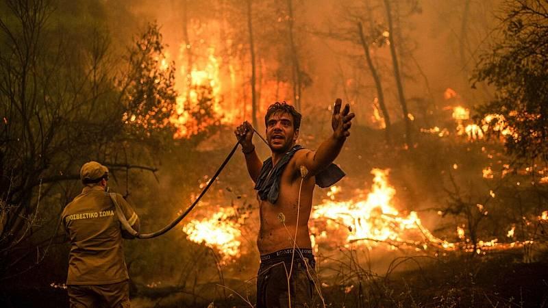Los incendios forestales rodean varios pueblos en la isla griega de Evia - Ver ahora