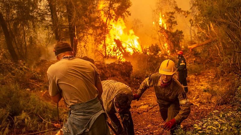 Bomberos y residentes luchan con lo que tienen contra los incendios forestales en la isla de Evia