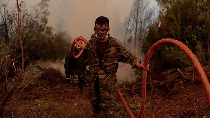 Los griegos afectados por los incendios reclaman falta de medios y ayudas