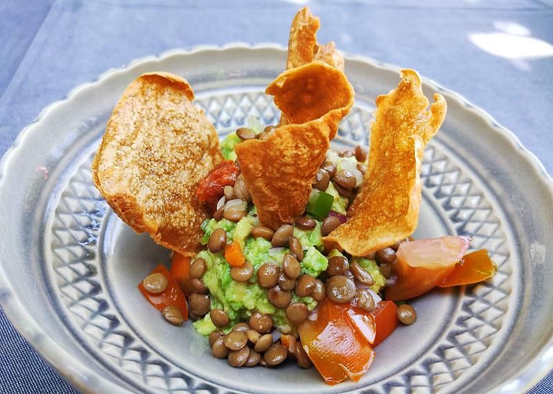 Receta con legumbres: nachos con caldo de lentejas y guacamole con lentejas