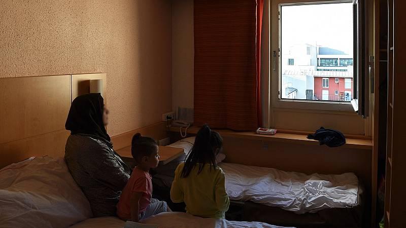 Nasrullah, afgano residente en París, asesora a sus compatriotas sobre cómo conseguir el estatus de refugiado