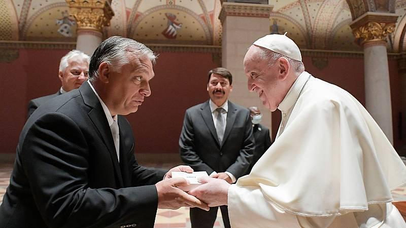 El papa se reúne con Orbán en su primer viaje tras la operación