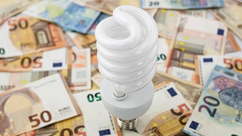 """El Gobierno aprueba un mecanismo para """"minorar el exceso de retribución"""" de las eléctricas en la factura de la luz"""