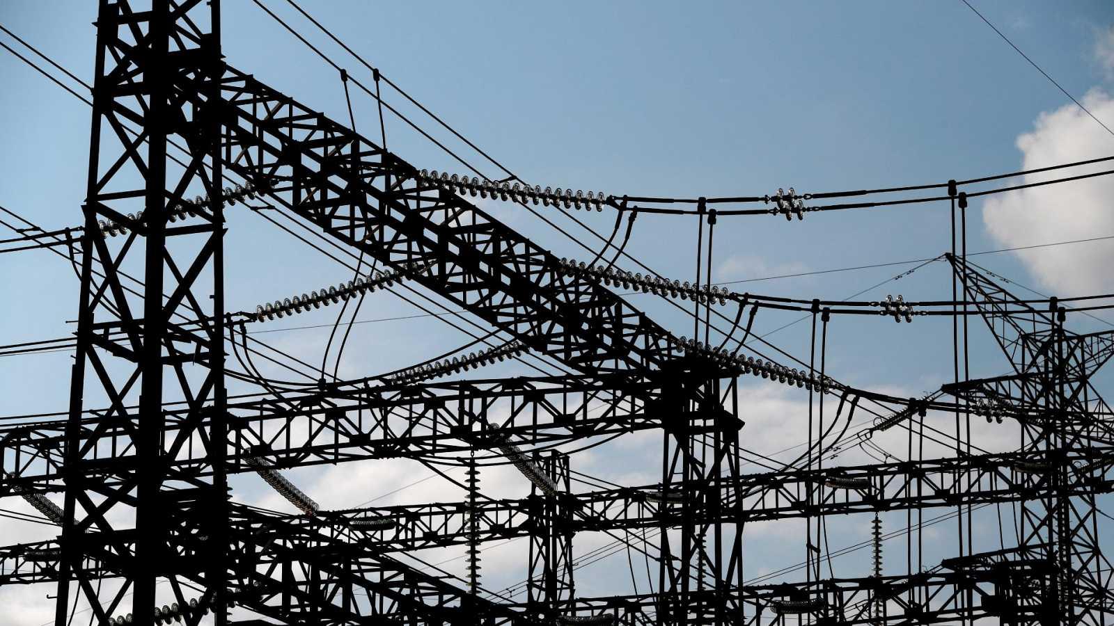El Gobierno aprueba su plan de choque para bajar la factura de la luz tras semanas con precios récord
