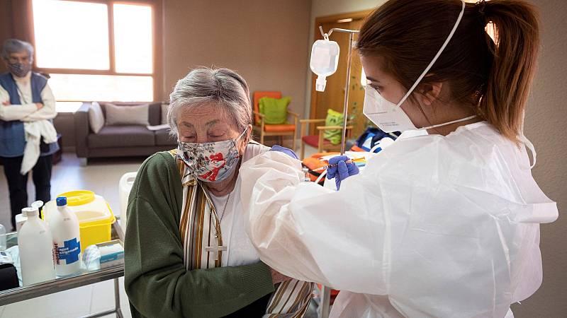 Los mayores en residencias, pacientes de cáncer y con otras patologías recibirán una tercera dosis de la vacuna