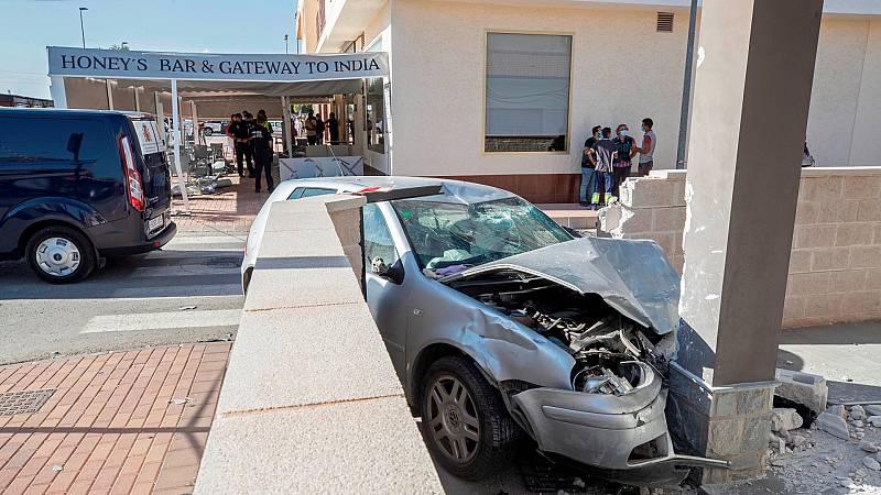 Dos muertos tras arrollar un coche la terraza de un bar en Torre Pacheco