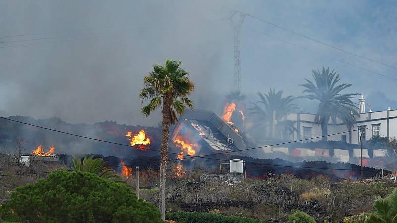 """Viviendas devoradas por la lava en La Palma: """"El volcán reventó delante de nuestra casa y se la llevó por delante"""""""