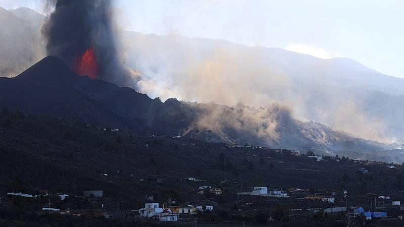 Se rompe parte del cono del volcán y se abre una nueva boca por la que la lava emerge más fluida