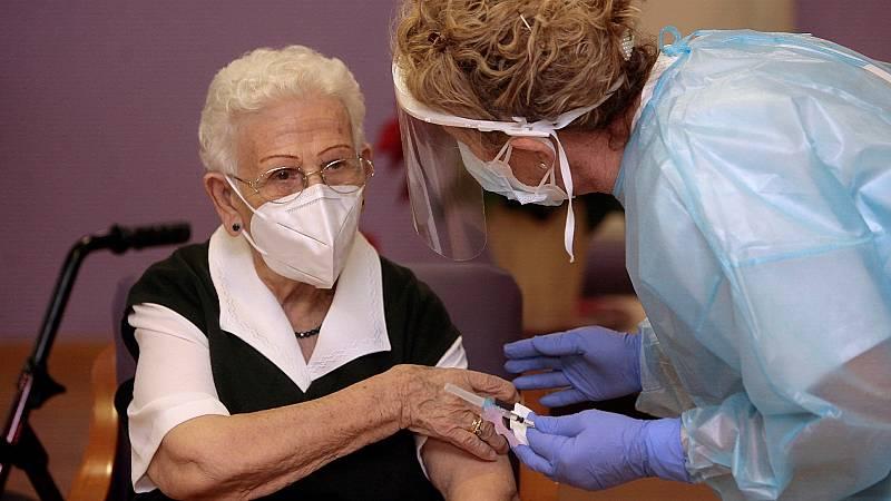 Araceli Hidalgo, la primera vacunada de España, recibe la tercera dosis contra la COVID-19