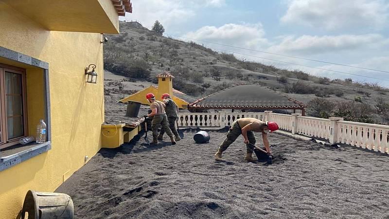 Viviendas sepultadas bajo montañas de ceniza: el otro peligro de las casas que han quedado en pie en La Palma