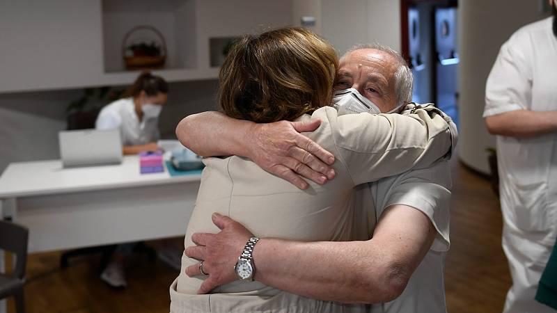 Los abrazos vuelven a las residencias de ancianos