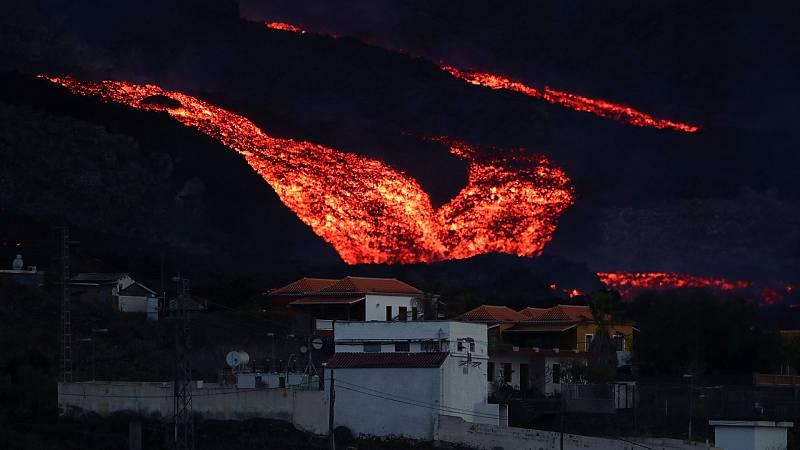 La colada de lava se desborda en el cono principal del volcán - Ver ahora