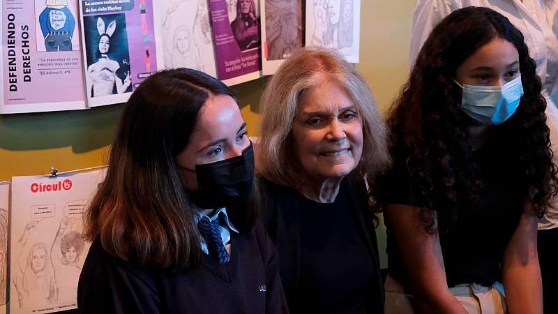 Gloria Steinem comparte sus reivindicaciones feministas con estudiantes asturianos