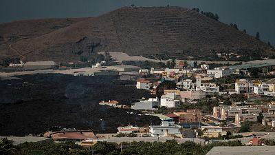 La lava arrasa varios edificios en la barriada de La Laguna