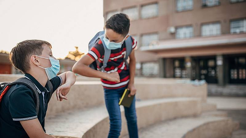 Científicos, padres y políticos divididos por la retirada de la mascarilla en los  patios de los colegios de la Comunidad de Madrid