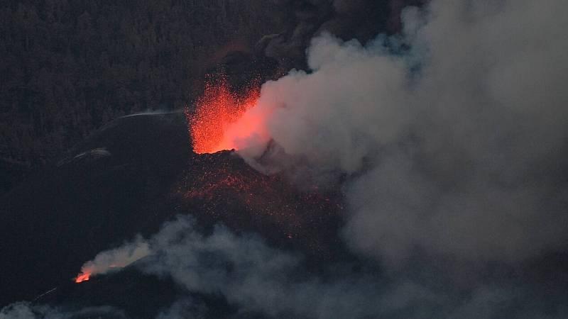 Un nuevo derrumbe en el cono principal y coladas al oeste ponen a La Palma ante un nuevo escenario