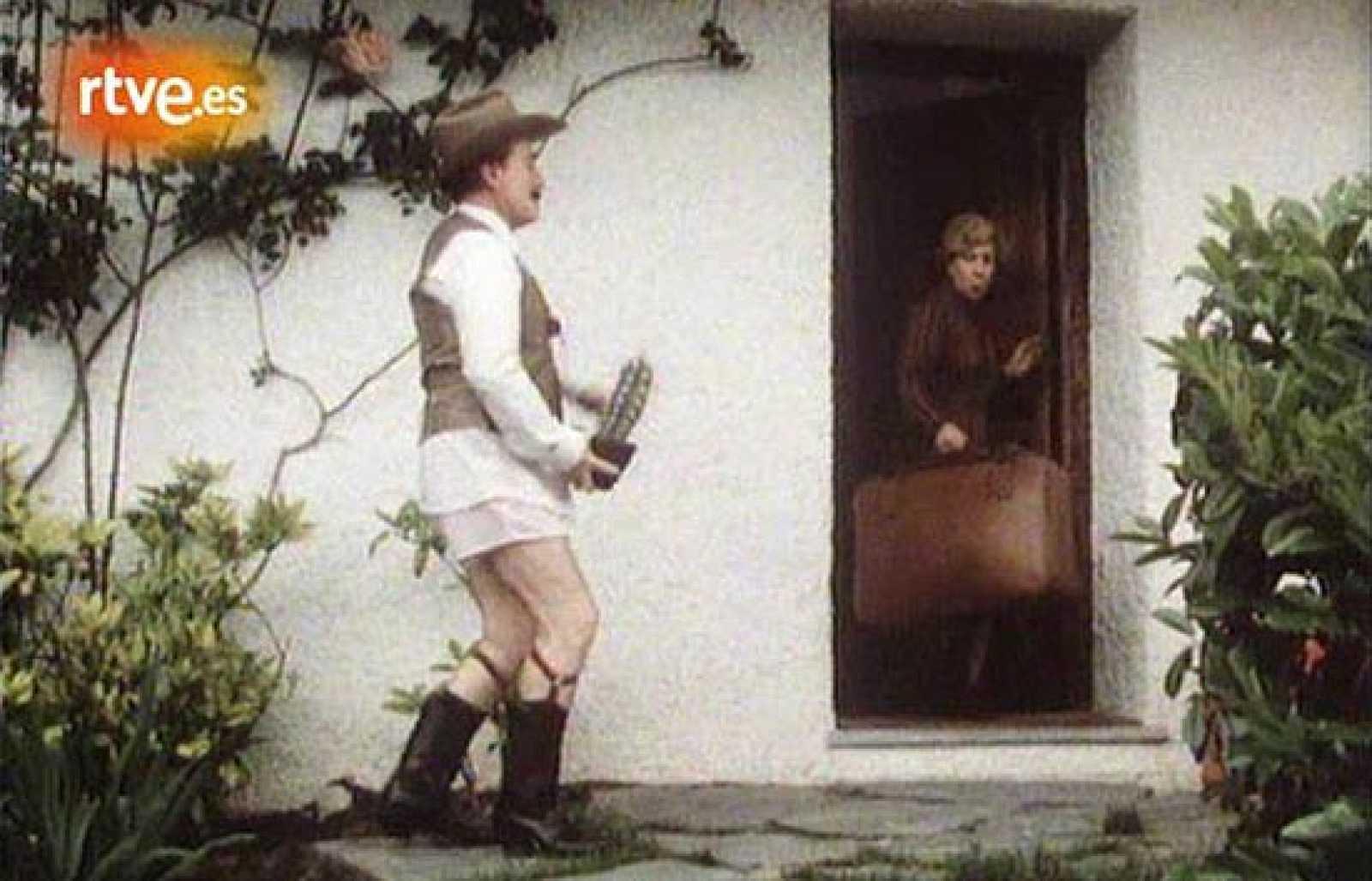 En 'Playboy en paro' (1984), José Luis López Vázquez interpreta a Pedro, un criado que aprovecha la ausencia de su jefe para hacerse pasar por un millonario.