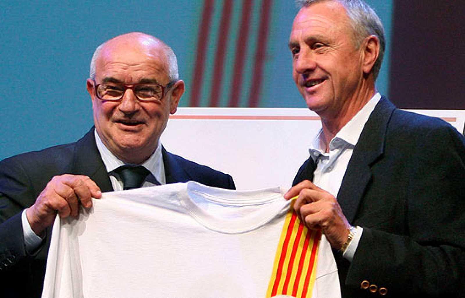 """Johan Cruyff ha sido presentado con todos los honores como nuevo """"seleccionador nacional de Cataluña"""" en un acto al que han acudido políticos y diversas personalidades."""