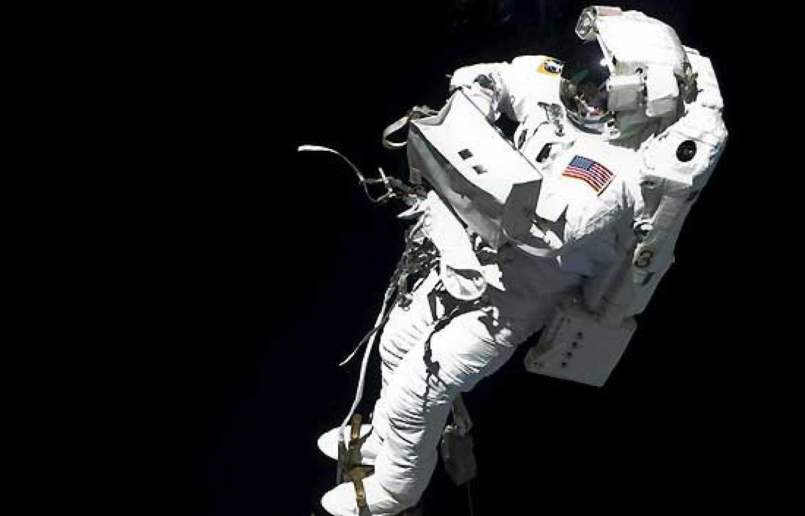 """Los astronautas Mike Foreman y Randy Bresnik han iniciado la segunda caminata espacial para instalar un adaptador al laboratorio europeo """"Columbus"""" de la Estación Espacial Internacional (ISS) y una antena adicional para radioaficionados."""