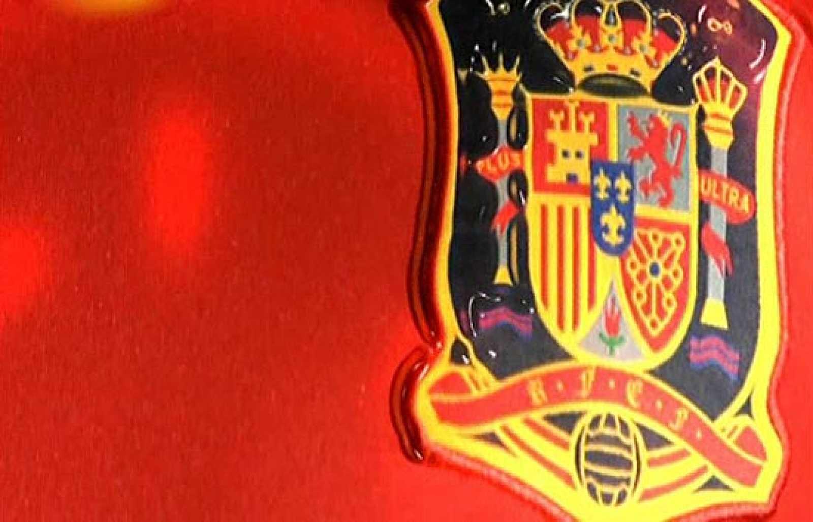 Los jugadores de la Selección española de fútbol envían un regalo a Verdasco para que el espíritu de 'La Roja' le ayude a ganar la Copa  al equipo español en el último spot de Adidas.