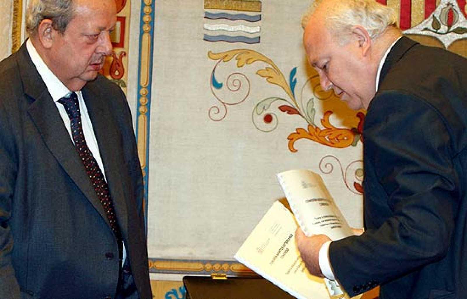 Moratinos ha recibido una llamda de urgencia que le ha obligado a abandona la sesión en el Congreso y que auguraba una salida inminente a la situación de Aminatu Haidar, que lleva en huelga 23 días.