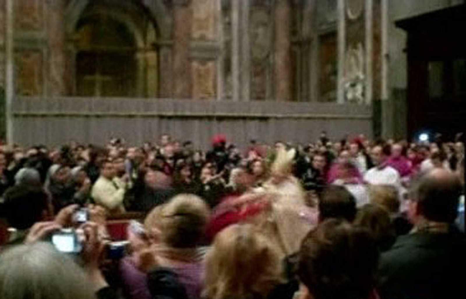 El Papa cae al suelo durante la Misa del Gallo al ser abordado por una mujer