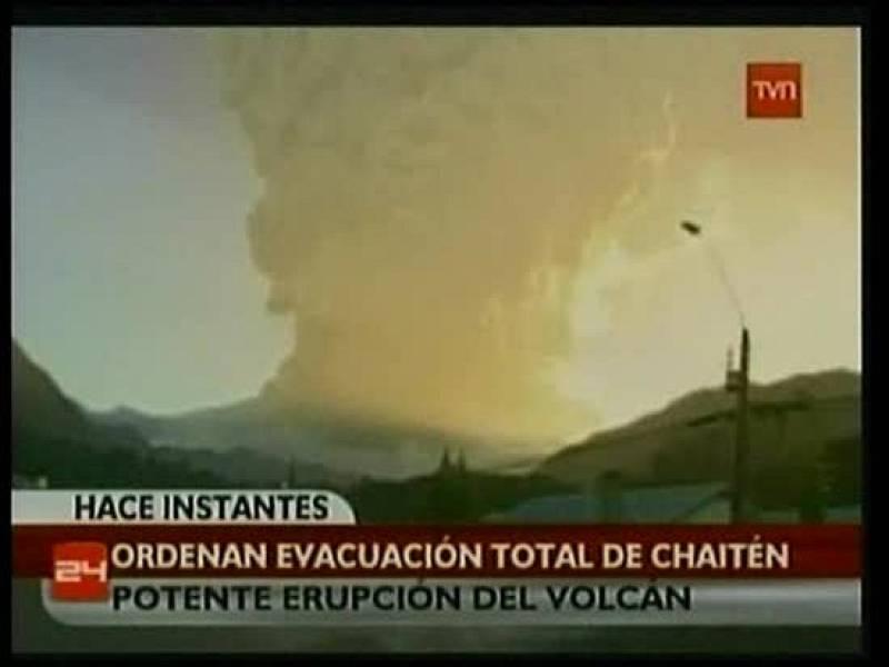 El volcán Chaitén, en Chile, ha comenzado a vomitar lava y ha obligado a la evacuación total del pueblo del mismo nombre.