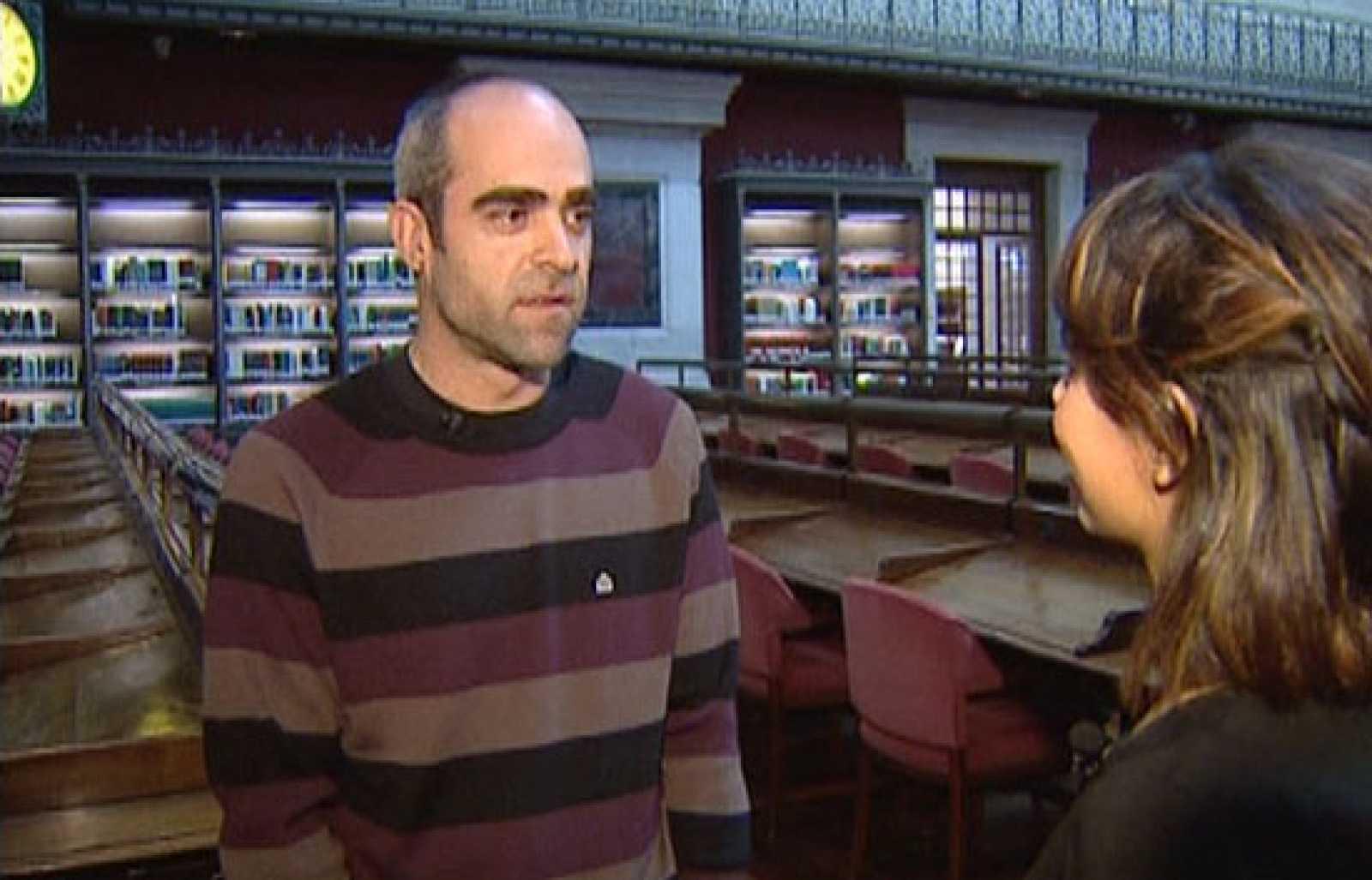 Mara Torres, presentadora de En La 2, entrevista al actor Luis Tosar en la Biblioteca Nacional.