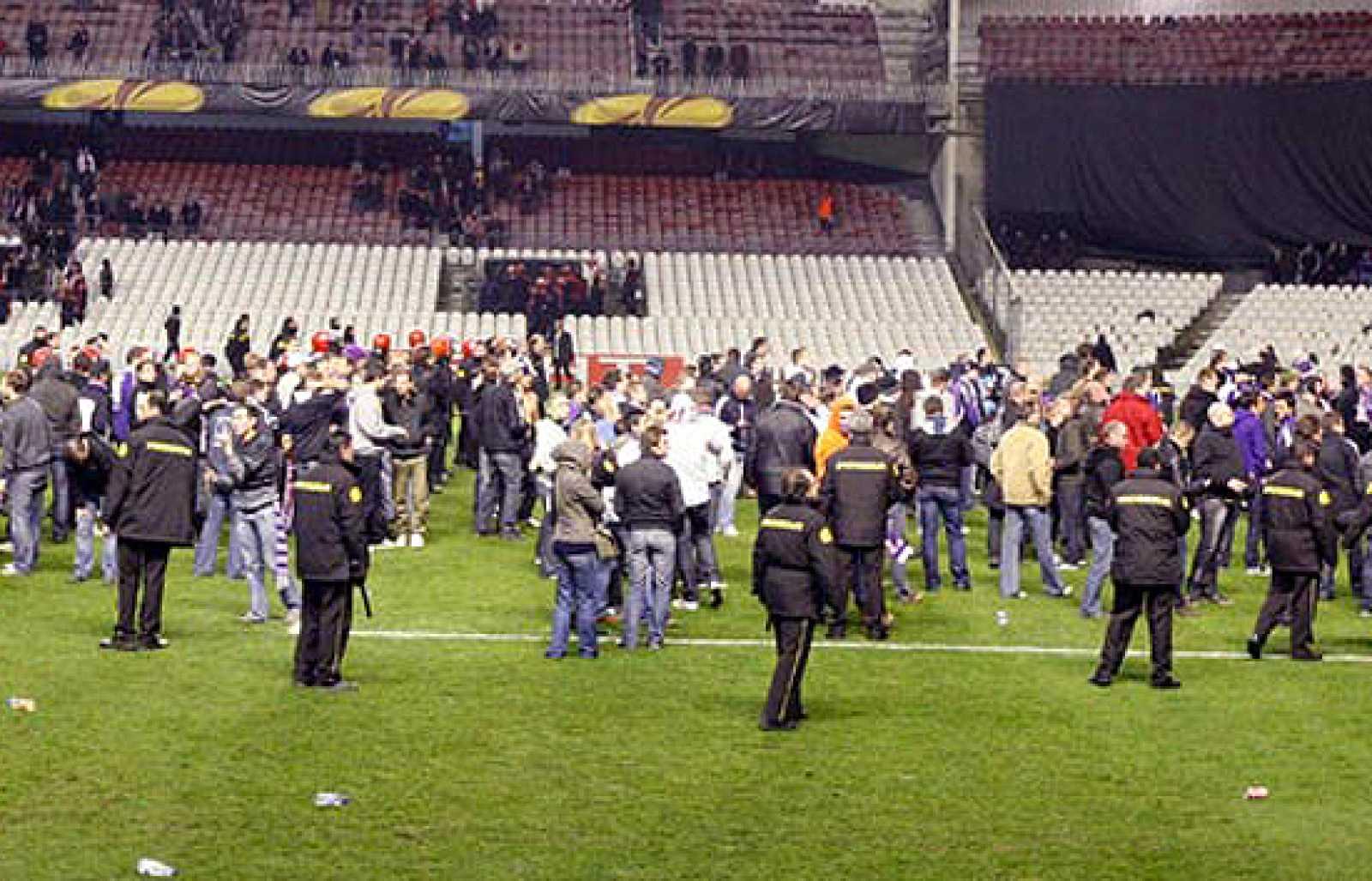 Imágenes de la policía autónoma vasca desalojando a los seguidores del equipo belga de fútbol del Anderlecht y los del Athletic de Bilbao en el estadio de San Mamés.